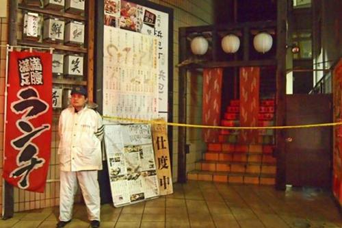 Một cảnh sát đứng trước nhà hàng nơi xảy ra vụ đâm dao hôm 13/5. Ảnh: Kyodo