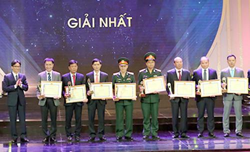 Phó thủ tướng Vũ Đức Đam trao thưởng cho tác giả các công trình đoạt giải nhất. Ảnh: Đình Nam.