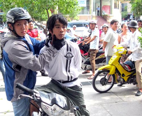 Hiệp sĩ Sài Gòn khống chế tên cướp trên đường phố. Ảnh: An Nhơn.