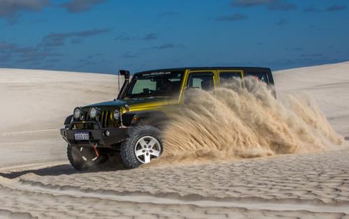 Xe hai cầu mới có thể chinh phục đồi cát.
