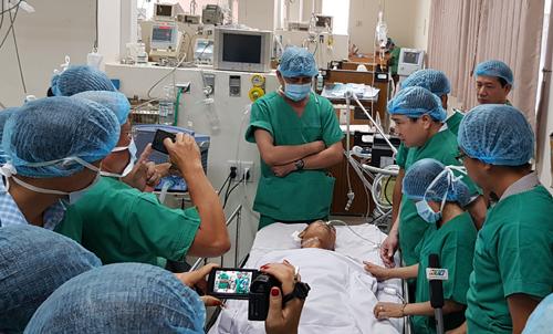Ông Phong thăm hiệp sĩ Trần Văn Hoàng đang điều trị tại bệnh viện 115. Ảnh: Sơn Hòa