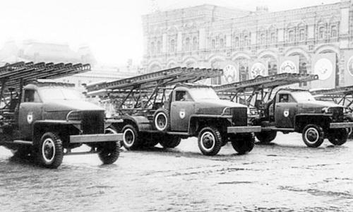 Ba xe chởKatyusha của Liên Xô tiến vào Quảng trường Đỏtrong lễ duyệt binh mừng chiến thắng ngày 24/6/1945. Ảnh: RBTH.