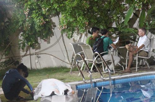 Cảnh sát đang làm việc với người chồng ngoại quốc của nạn nhân. Ảnh: Tin Tin