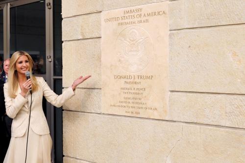 Ivanka Trump, cố vấn cấp cao của Tổng thống Mỹ, bên bảng đại sứ quán Mỹ tại Jerusalem. Ảnh: Reuters.