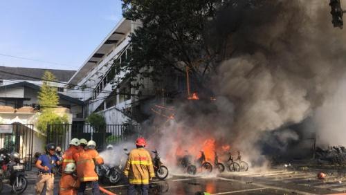 Lực lượng cứu hoả dập lửa tại một nhà thờ.