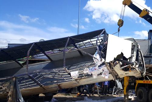 Xe tải chở phân bón lật nhào sau khi tông hàng loạt xe. Ảnh: Khánh Hương.