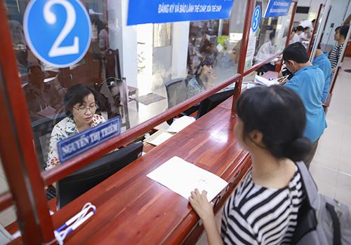 Việc áp dụng thẻ khen thưởng, xử phạt được đánh giá đã giúp thay đổi thái độ, tác phong của công chức trong công việc. Ảnh: Nguyễn Đông.