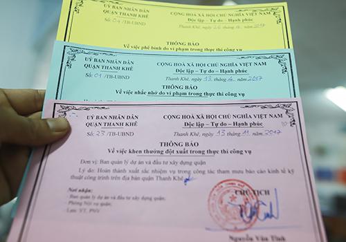 UBND quận Thanh Khê áp dụng phạt thẻ vàng, xanh và khen thưởng bằng thẻ hồng với công chức. Ảnh: Nguyễn Đông.
