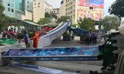 Bảng hiệu tại phố đi bộ Nguyễn Huệ đè nam thanh niên bất tỉnh