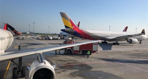 Cánh đuôi đứng bị gãy trên chiếc A321 (trái). Ảnh: Daily Sabah.