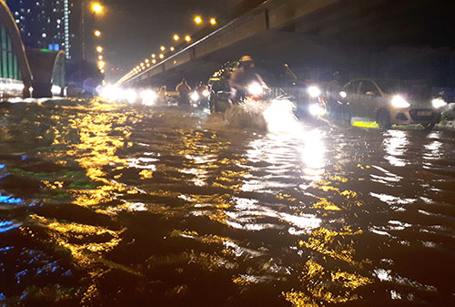 Tối 12/5, nhiều tuyến đường ở Hà Nội ngập sâu sau trận mưa lớn nhất kể từ đầu năm. Ảnh: Phương Sơn