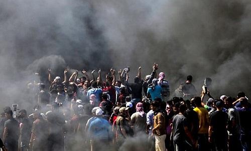 Người Palestine biểu tình tại biên giới dải Gaza với Israel ngày 14/5. Ảnh: Reuters.