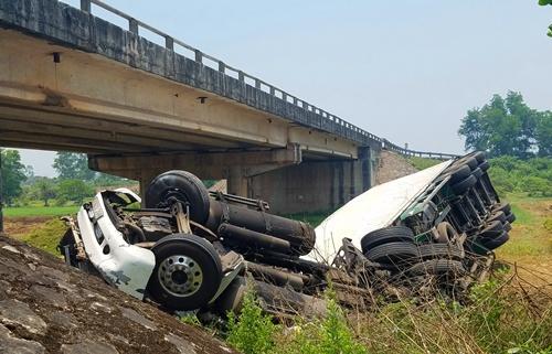 Xe container rơi khỏi cầu Máng sau khi va chạm với xe khách. Ảnh: Võ Thạnh.