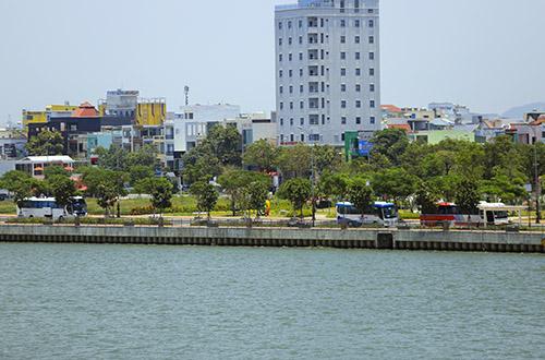 Vệt đất vàng ven sông Hàn sẽ được thu hồi để mở rộng công viên APEC. Ảnh: Nguyễn Đông.