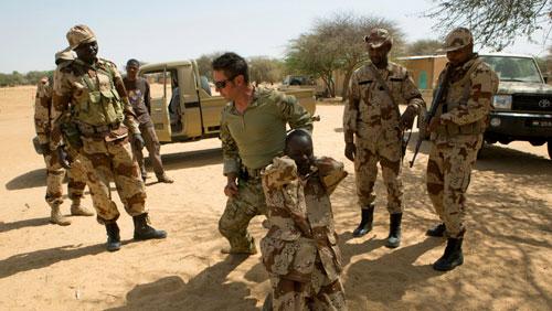 Đặc nhiệm Mỹ hướng dẫn binh sĩ Niger cách bắt giữ đối phương trong đợt huấn luyện năm 2014. Ảnh: Reuters.