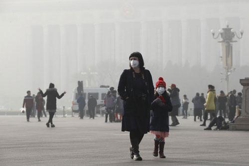 Người dân Bắc Kinh đeo khẩu trang vì tình trạng khói mù năm 2017. Ảnh: AP.