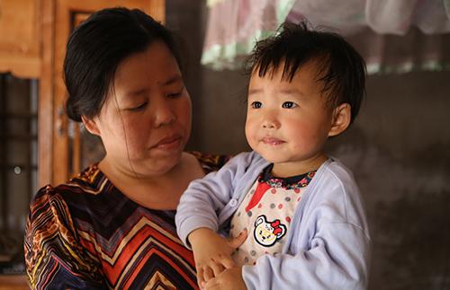 Chị Yến bên người con gái thứ hai (4 tuổi). Ảnh: Nguyễn Hải.