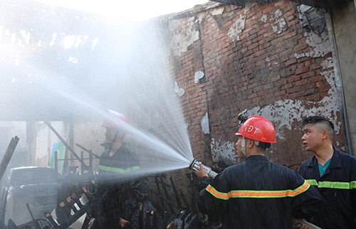 Lính cứu hỏa tiếp cận hiện trường. Ảnh: Nguyễn Hải.