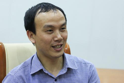 Ông Hoàng Phúc Lâm trao đổi về đặc điểm thời tiết năm 2018. Ảnh: Dương Tâm