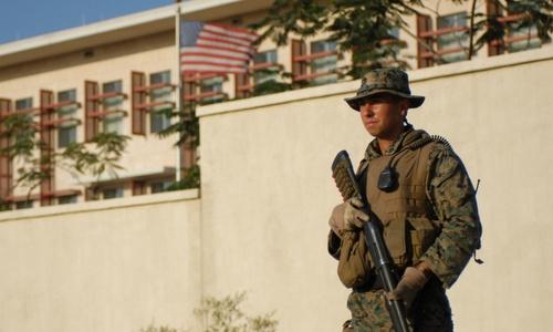 Lính thủy quân lục chiến bảo vệ bên ngoài đại sứ quán Mỹ. Ảnh: USMC.