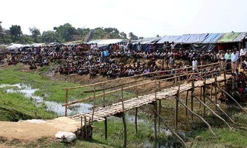 Những người tị nạn Rohingya được nhìn thấy ở trại tị nạn Coxs Bazar, Bangladesh trong chuyến đi của các đại sứ Liên Hợp Quốc hôm 29/4. Ảnh: Reuters.