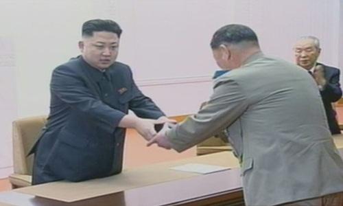 Lãnh đạo Triều Tiên Kim Jong-un trao cho nhà khoa học vũ khí hạt nhân một chiếc đồng hồ có in tên cố lãnh đạo Kim Jong-il để ghi nhận sự đóng góp của ông đối với an ninh quốc gia vào tháng 2/2013. Ảnh: Korea Times.