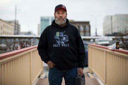 Floyd Hall, 53 tuổi, tham gia vào một nhóm những người chuyên theo dõi những vụ trộm xe ở thành phốAnchorage, bang Alaska, Mỹ. Ảnh: New York Times.