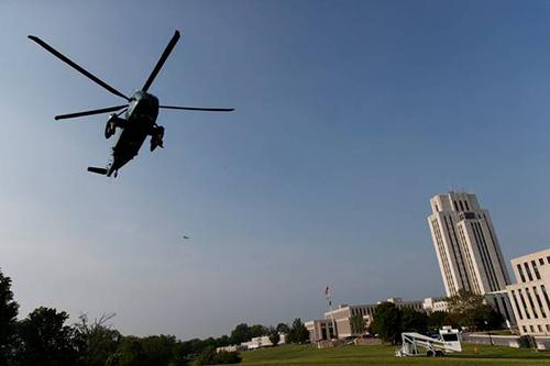 Trực thăng Marine One chở ông Trump đến trung tâm y tế quân đội quốc giaWalter Reed. Ảnh: AP