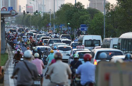 Đường Lê Văn Lương kéo dài thường xuyên xảy ra ùn tắc do quá tải hạ tầng. Ảnh: Ngọc Thành.