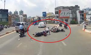 Xe máy chạy sang làn ôtô tông taxi, gây tai nạn liên hoàn