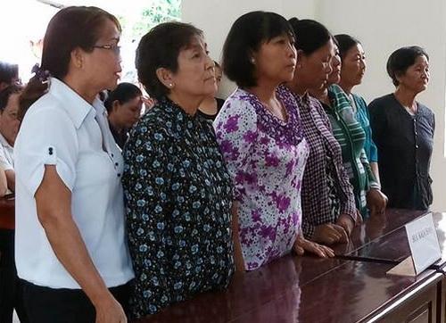 Bảy người phụ nữ lĩnh án tù vì chặn xe chở cát. Ảnh: Thái Hà