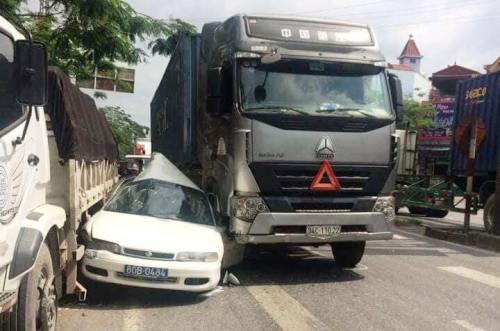 Hiện trường vụ tai nạn giáo thông khiến xe ô tô biển xanh 80B bị xe đầu kéo kẹp bẹp rúm. Ảnh: CTV