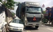 Cố vượt, ôtô biển xanh bẹp dúm giữa hai xe tải