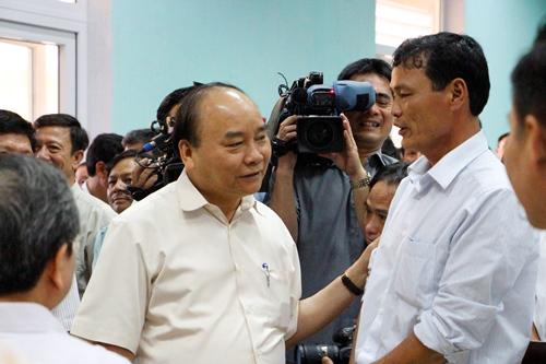 Thủ tướng Nguyễn Xuân Phúc lắng nghe tâm tư của ngư dân. Ảnh: Võ Thạnh