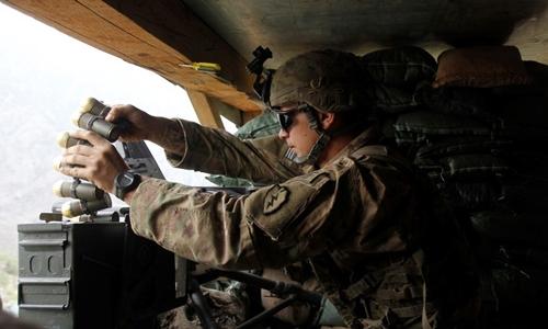 Lính Mỹ nạpsúng phóng lựu tự động MK19. Ảnh: Reuters.