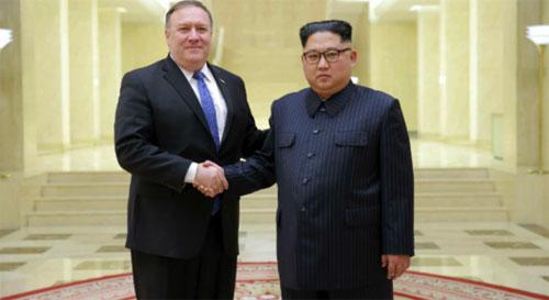 Ngoại trưởng Mỹ Pompeo (trái) bắt tay ông Kim ở Bình Nhưỡng hồi tháng 4. Ảnh: Reuters.