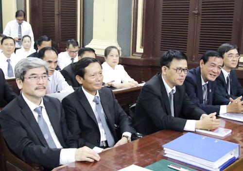 Các luật sư bào chữa cho bà Phấn và bảo vệ cho nhóm Phương Trang trên hàng ghế đầu. Ảnh: Kỳ Hoa.