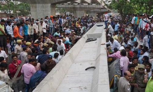Hiện trường vụ sập cầu khiến ít nhất 18 người thiệt mạng ở Ấn Độ. Ảnh: AFP.
