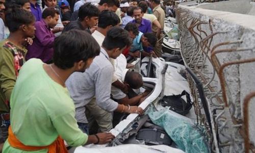 Người dân tham gia giải cứu nạn nhân mắc kẹt trong các phương tiện bị nghiền nát. Ảnh: AFP.
