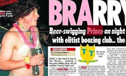 Hình ảnh hoàng tử Harry mặc áo ngực, đội tóc giả và say bí tỉ cũng trở thành chủ đề của truyền thông suốt thời gian dài. Ảnh: A