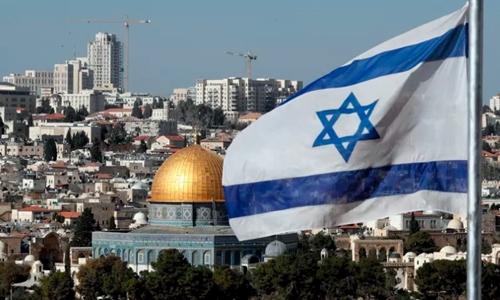 Cờ Israel bay trước Nhà thờ Mái vòm ở Jerusalem tháng 12/2017. Ảnh: AFP.