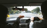 Bị đánh trượt, học viên nhốt thầy dạy lái trên xe