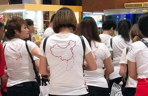 Khách Trung Quốc mặt áo in hình đường lưỡi bò nhập cảnh vào sân bay ở Việt Nam. Ảnh: