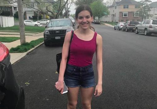 Trang phụckhiến Samantha bị chặn lại ở cổng trường. Ảnh: Twitter