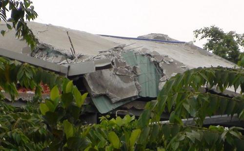 Sàn bê tông đổ sập khiến 2 công nhân tử vong. Ảnh: Thái Hà