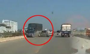 Taxi chạy như ngủ gật bị ôtô tải tông vỡ đầu