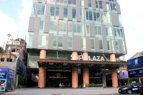 Tòa nhà HSP cao 30 tầng với hàng trăm căn hộ chung cư, kiêm khách sạn và trung tâm thương mại, xong chủ đầu tư không bố tríkhuôn viên và đường nội bộ quanh tòa nhà do xây dựng hết đất, áp sát với nhà dân. Ảnh: Giang Chinh