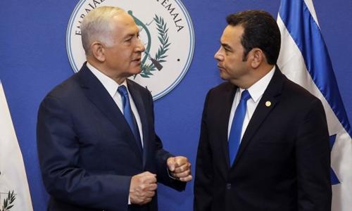 Tổng thống Guatemala Jimmy Morales (phải) vàThủ tướng Israel Benjamin Netanyahu tại lễ khánh thành sứ quánGuatemala tại Jerusalem. Ảnh: AFP.