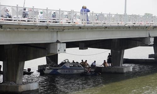Bố buộc con gái 2 tuổi vào người nhảy cầu Phú Xuân