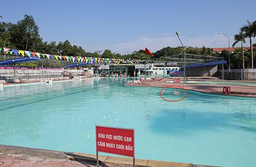 Bể bơi quân khu 4, vị trí chị Thu gặp tai nạn chiều 16/5 (khoanh đỏ). Ảnh: Nguyễn Hải.